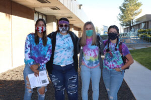 Lowry Students gather for a picture in their tie-dye clothes/ Araceli Galarza • Lowry Multimedia Communication